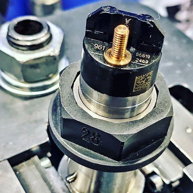 Спец ключи для гаек электромагнитов. На стапеле форсунка Bosch 0445 120 123.